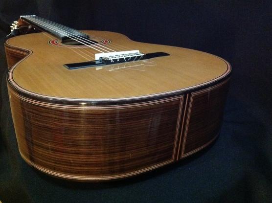 Guitarra de Palo Santo de la India de Ayman Bitar